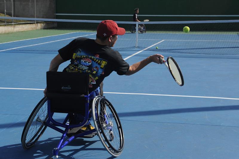 81a1e7e5752 Centro de Lazer da Prefeitura oferece aula de tênis sobre cadeira de rodas