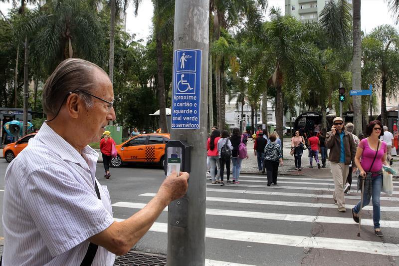 Curitiba está se tornando a cada ano uma cidade mais inclusiva. Ainda há muito para avançar, mas este ano, quando a Convenção dos Direitos das Pessoas com Deficiência completa uma década, a cidade pode comemorar: hoje, cidadãos que possuem alguma deficiência têm voz ativa, seus direitos são mais respeitados e o atendimento às suas necessidades é uma preocupação presente em todas as políticas públicas do Município.<br /> - Na imagem, Sr. Elízio Jaci Siqueira.<br />Foto:Cesar Brustolin/SMCS
