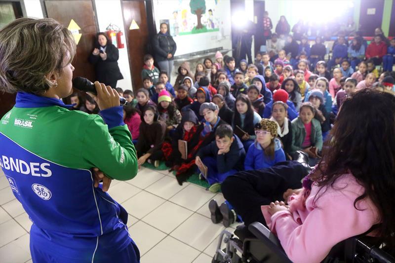 A paratleta visitou a Rio Bonito no mesmo dia que a escola recebeu exemplares do Gibi Poético - Um olhar sobre os Jogos Olímpicos -, elaborado por meio de parceria entre a Secretaria Especial dos Direitos da Pessoa com Deficiência, da Educação e Comunicação Social.<br />Foto: Valdecir Galor/SMCS