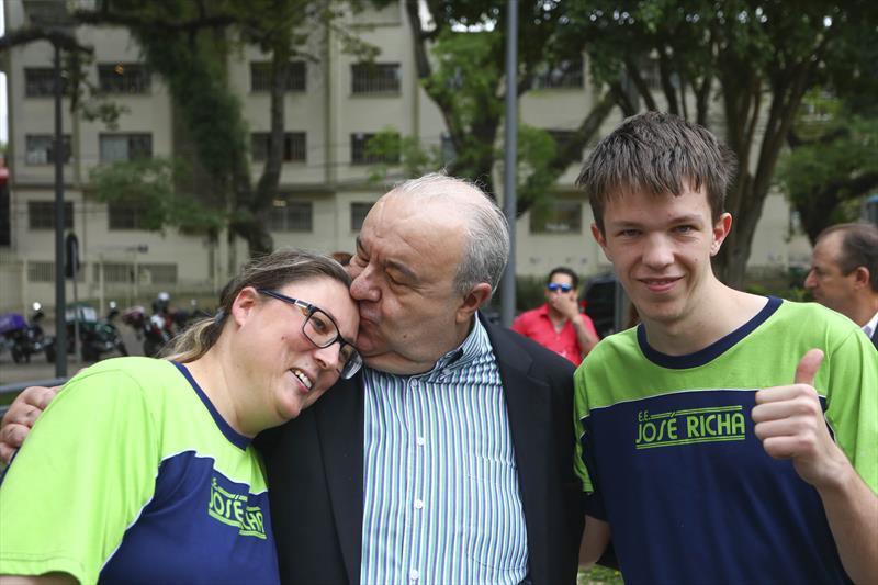 Prefeito Rafael Greca participa de evento em homenagem ao dia internacional da pessoa com deficiência na Praça da Espanha - Curitiba, 01/12/2017 - Foto: Daniel Castellano / SMCS