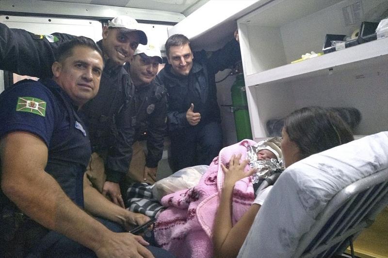 Equipe que fazia a ronda nas imediações da Polícia Federal, no Santa Cândida, auxiliou o nascimento de Micaela, não esperou o carro que levava sua mãe chegar ao hospital.