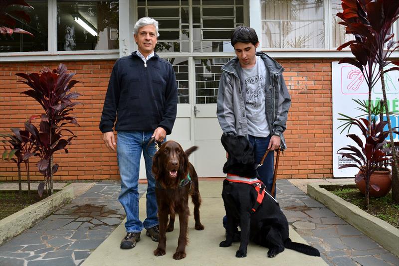 Apresentação do 1º cão guia usado pela PMC, na assessoria da Pessoa com Deficiência. Na imagem, Roberto Leite com o cão Dexter e David Vinicius Gonçalves Ribeiro com a cachorra Amora. Curitiba,02/06/2017.<br />Foto:Levy Ferreira/SMCS<br />