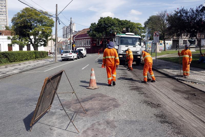 Importante via do Centro de Curitiba, a Alameda Dr. Muricy ganhará asfalto novo. As obras de revitalização do pavimento começaram nesta segunda-feira (15/4) e provocaram mudanças no trânsito da região. Curitiba, 15/04/2019.  Foto: Lucilia Guimarães/SMCS