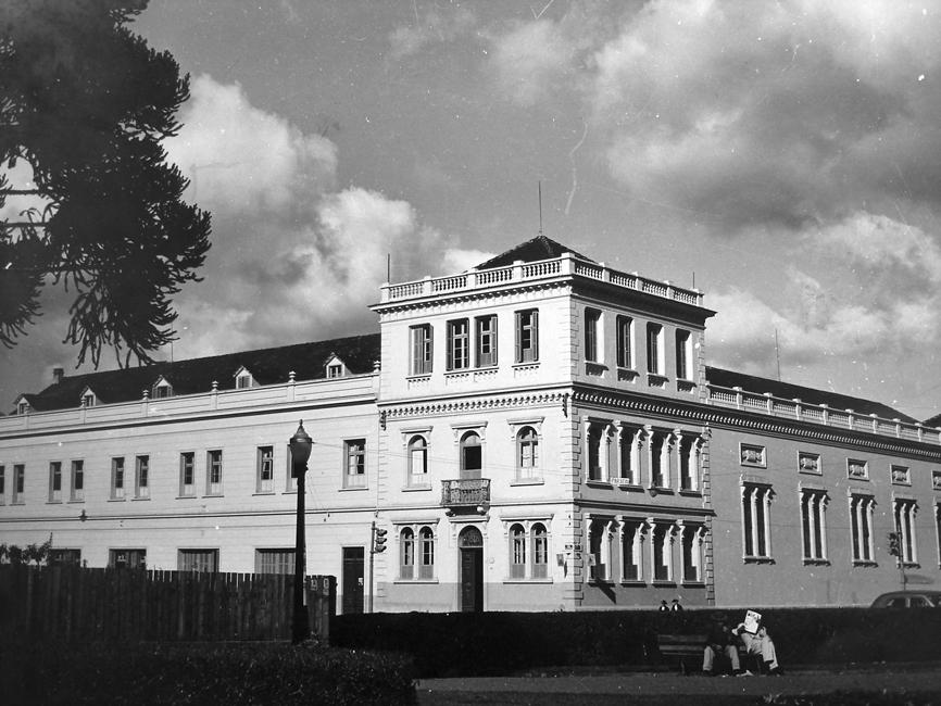 Instituto Santa Maria visto a partir da Praça Santos Andrade, na década de 1940. À direita, a Capala.