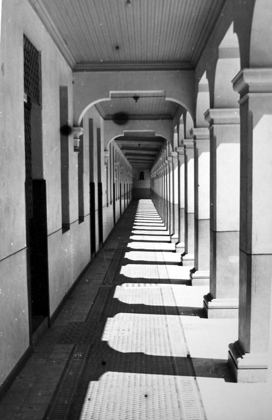 Circulação voltada para o pátio central no Instituto Santa Maria, na década de 1940.