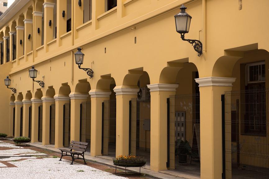 Arcada da circulação voltada para o pátio central no  complexo cultural Capela Santa Maria.