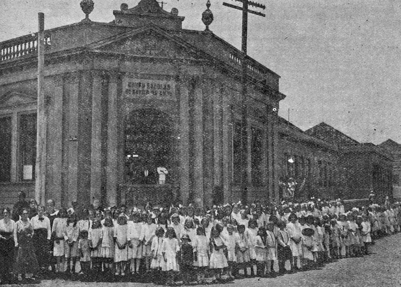Alunos do Grupo Dr. Xavier da Silva, em frente à escola -1916.