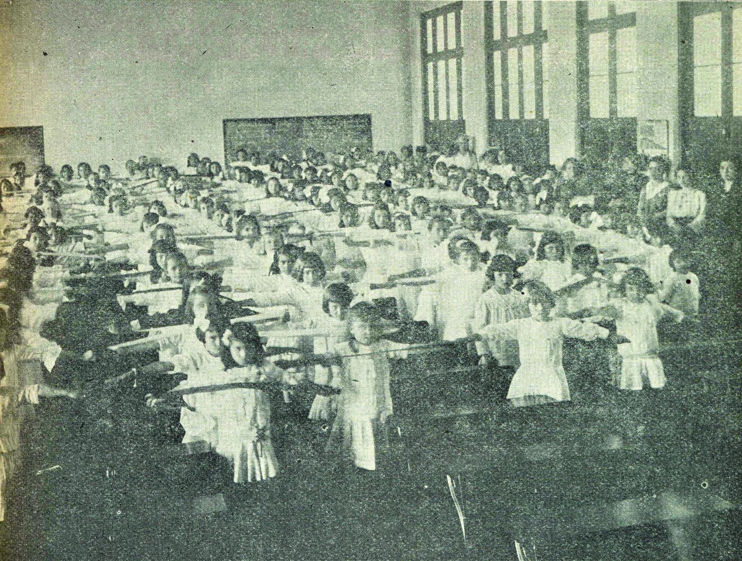 Alunos do Grupo Dr. Xavier da Silva fazendo exercícios em sala de aula -1916.