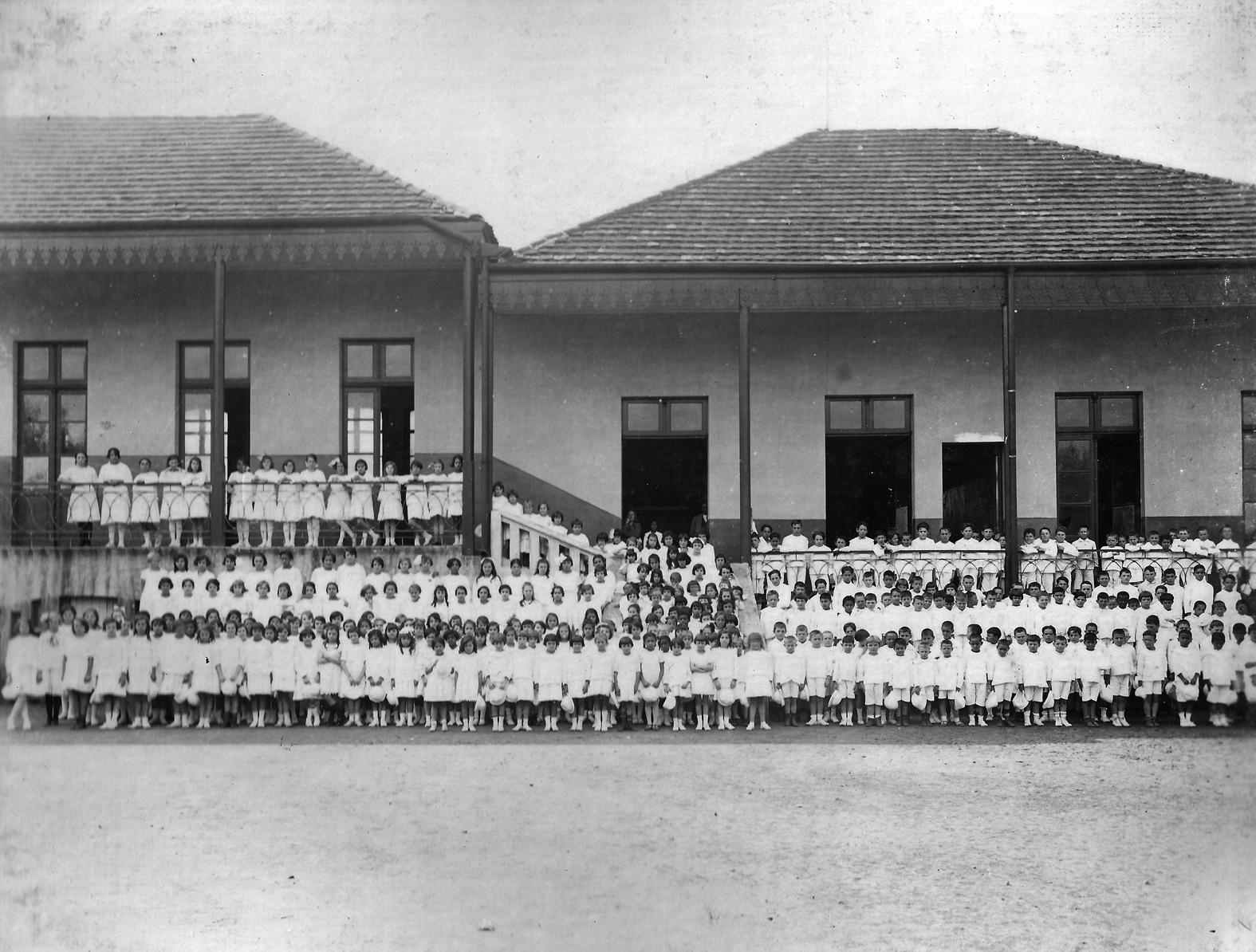 Alunos do Grupo Dr. Xavier da Silva no pátio da escola –década de 1920.