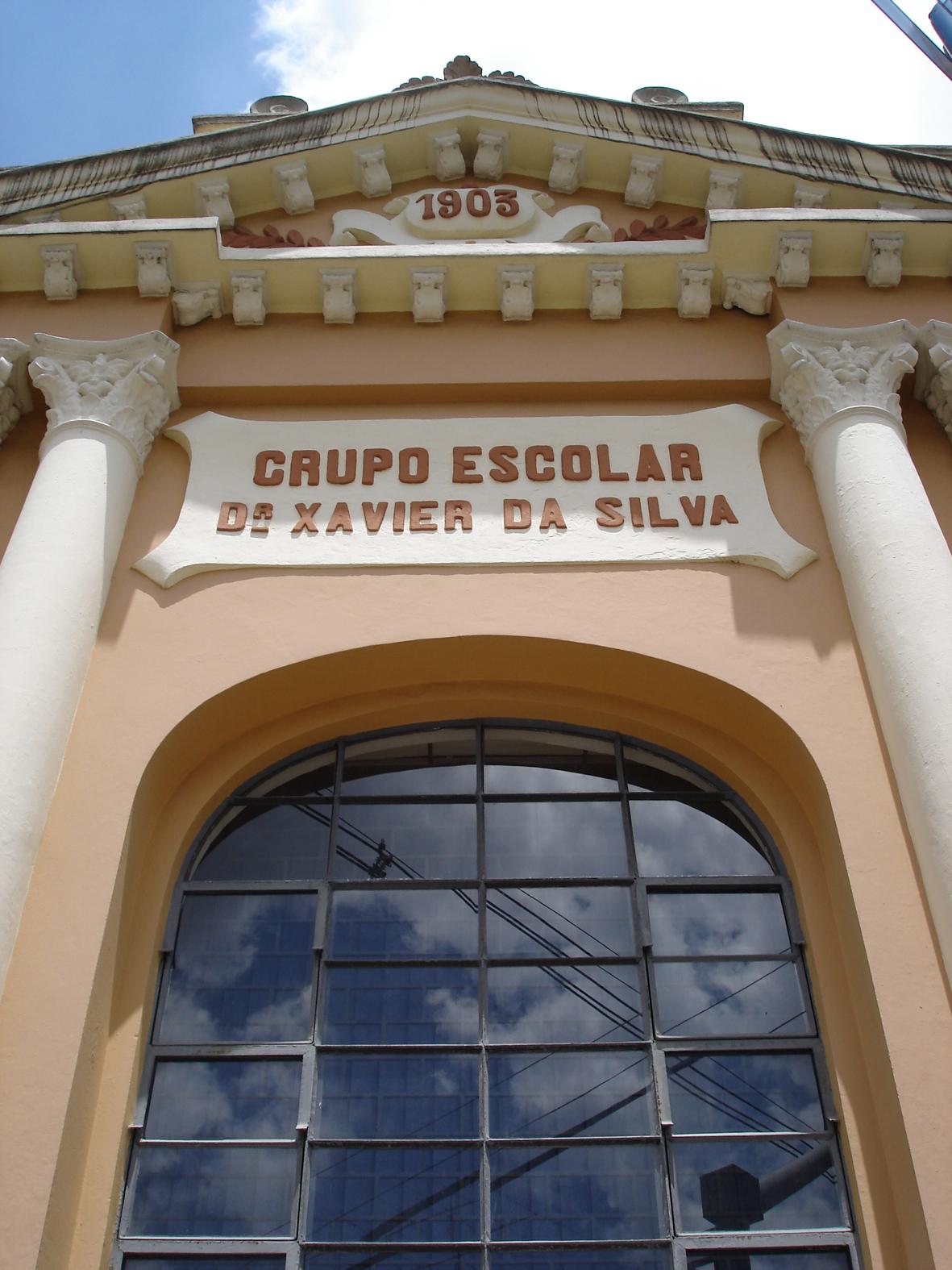 Detalhe da ornamentação da ala central do Colégio Estadual Dr. Xavier da Silva, em 2008. Em destaque, a placa indicativa da escola, a colunata coríntia e o frontão localizados na esquina das avenidas Silva Jardim e Marechal Floriano.
