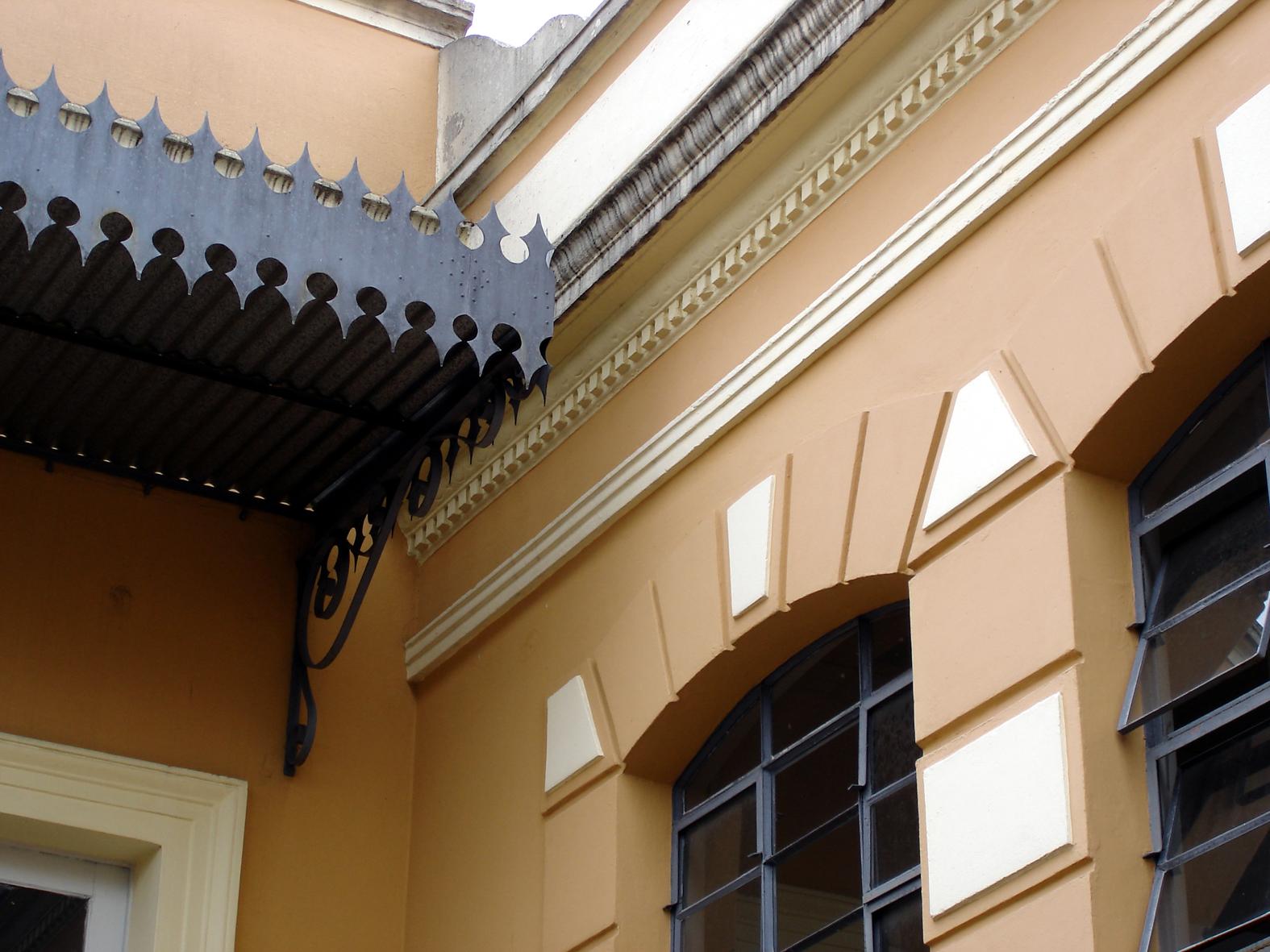 Detalhe da marquise metálica do acesso à ala central do Colégio Estadual Dr. Xavier da Silva, em 2008.