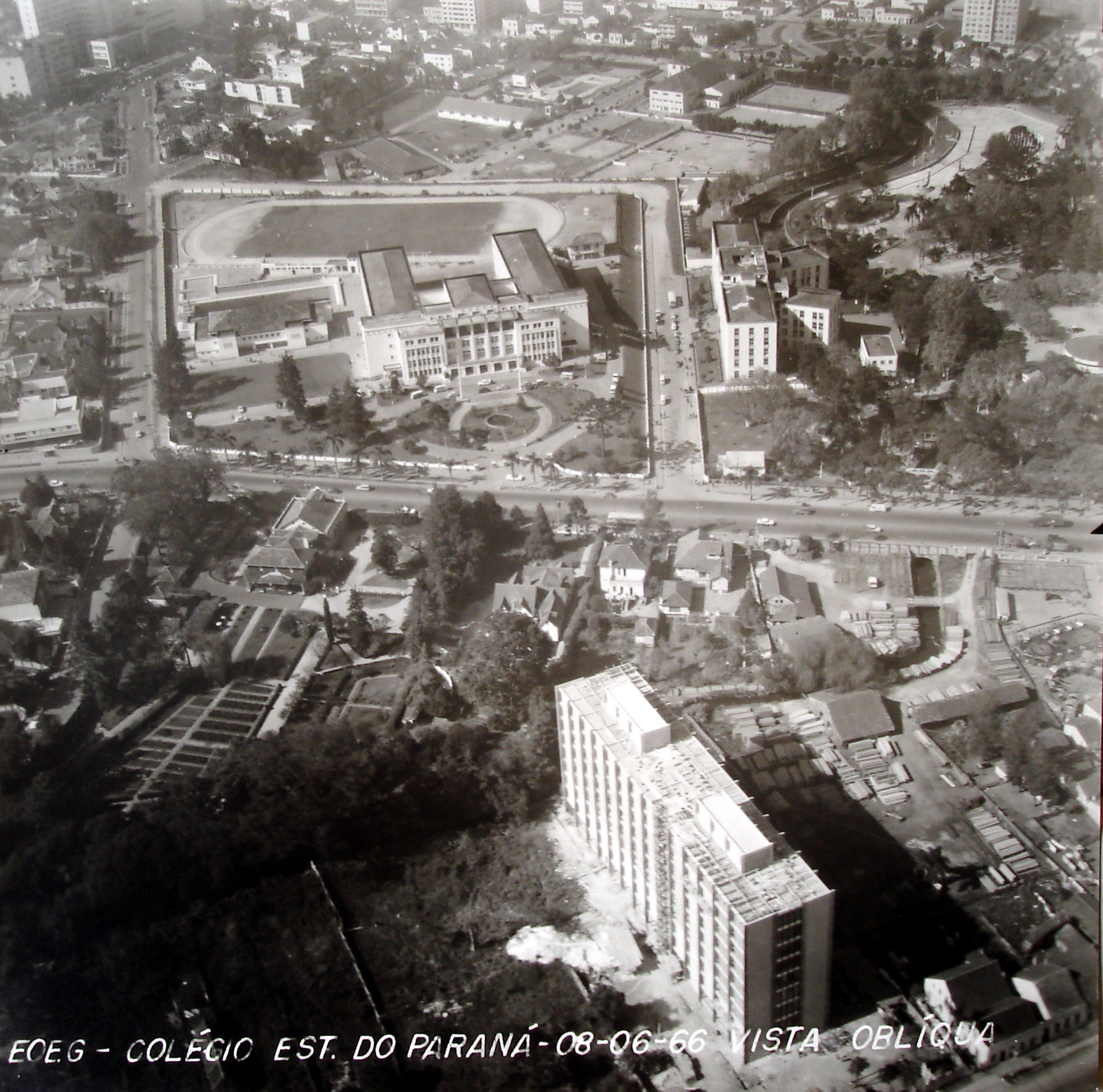Vista aérea do conjunto arquitetônico do Colégio Estadual do Paraná, na década de 1960.