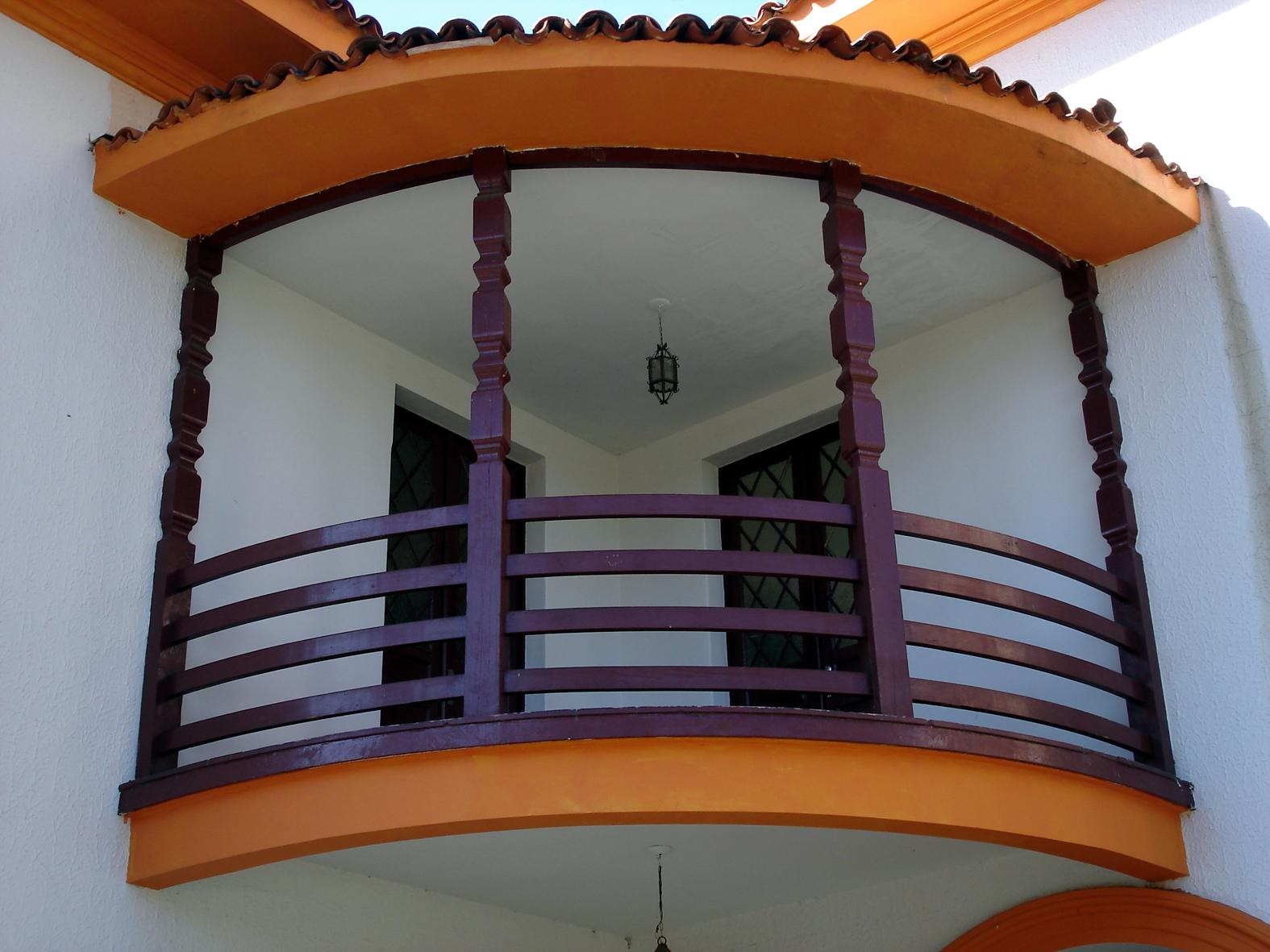 Detalhe do balcão localizada na fachada frontal do Colégio Estadual Lysimaco Ferreira da Costa, em 2008.