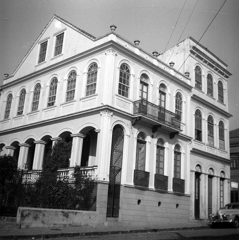Solar dos Guimarães e a edificação da esquina das ruas Mateus Leme e Treze de Maio, em 1981.