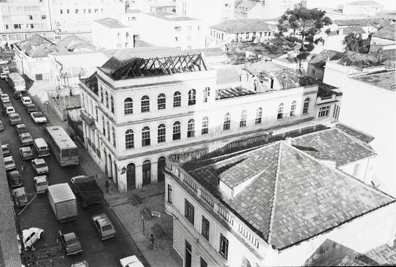 Edificação da esquina das ruas Mateus Leme e Treze de Maio após o incêndio de 1979.