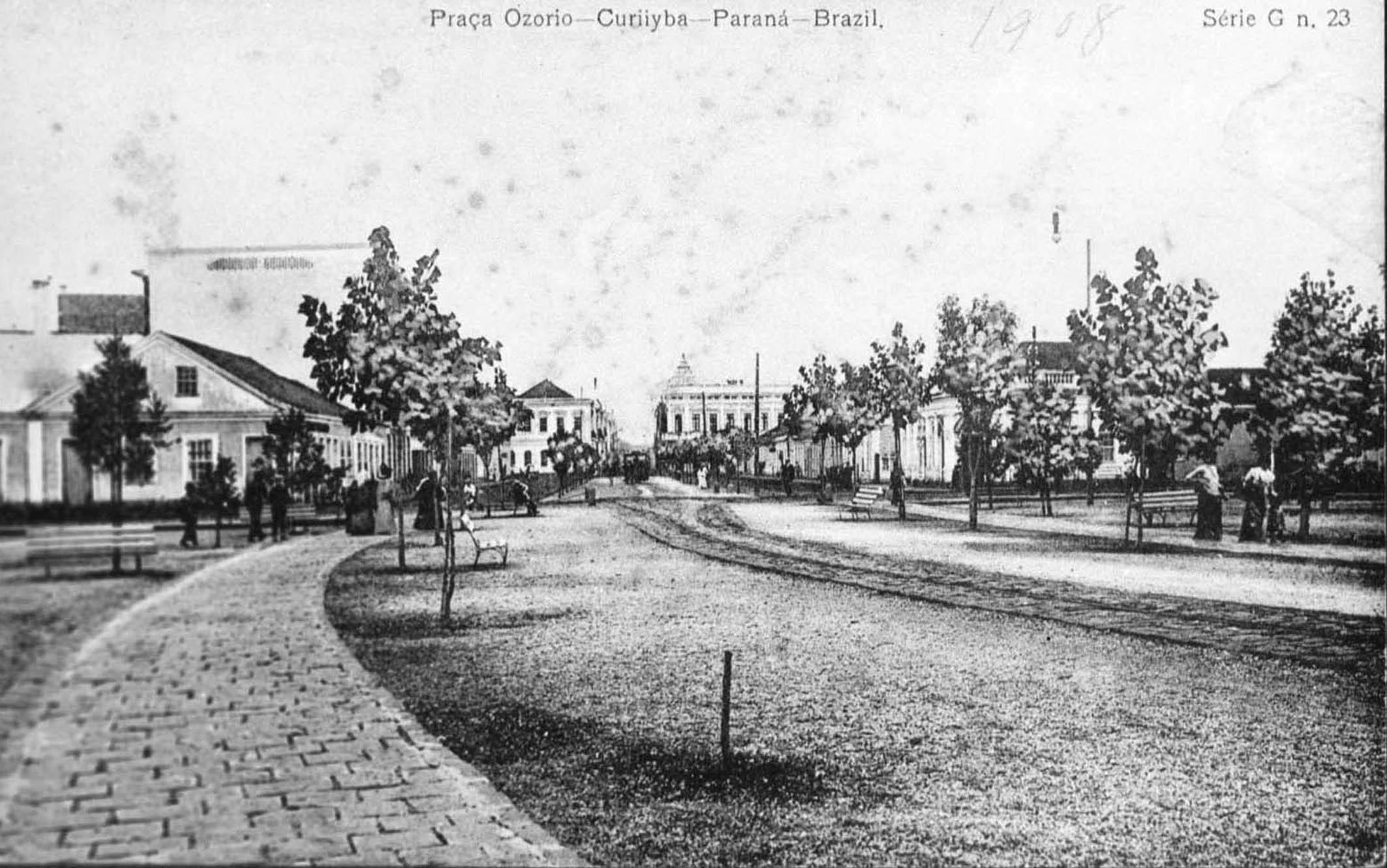 Praça Osório em 1908, após os melhoramentos iniciados no ano de 1903. Em destaque a via central, por onde circula o bonde puxado à mula. As árvores estão mais crescidas em comparação com a foto anterior, amenizando a aridez do local.