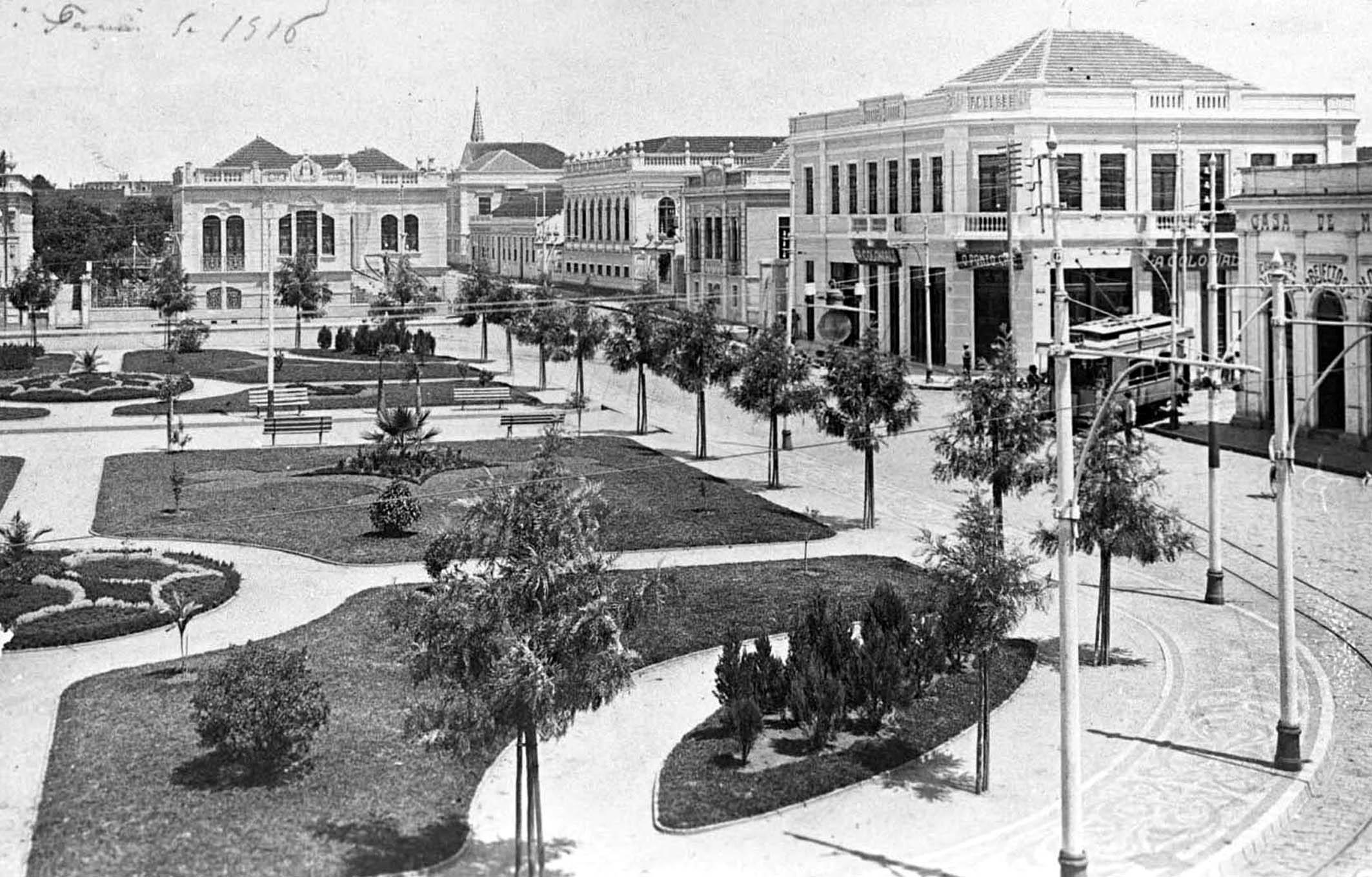 Praça Osório em 1916. Em destaque o paisagismo à francesa, recém-implantado na Praça Osório. O local exibe sua infraestrutura moderna: iluminação pública sustentada por sofisticados postes de ferro, calçamento e via pavimentada. Ao fundo, a residência de Affonso Camargo.