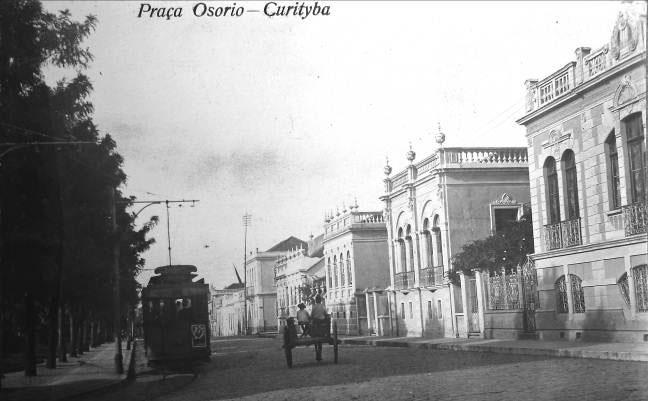 Praça Osório em 1920. A modernidade do bonde elétrico convive com a tradicional carroça.