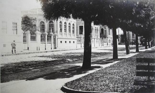Praça Osório em 1920. Ao fundo, a sequência de elegantes residências proporciona sofisticação à praça.