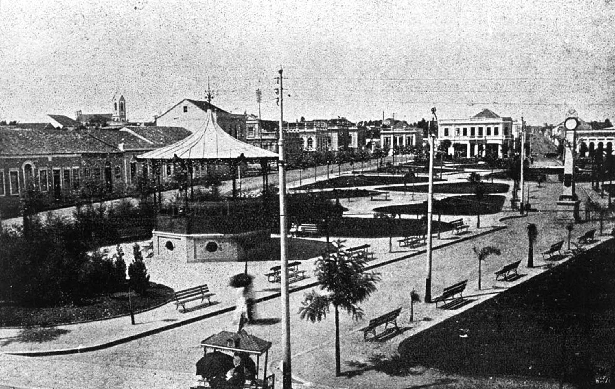 Praça Osório na década de 1920. Destaque para o coreto e o relógio, melhoramentos realizados entre 1913 e 1916.