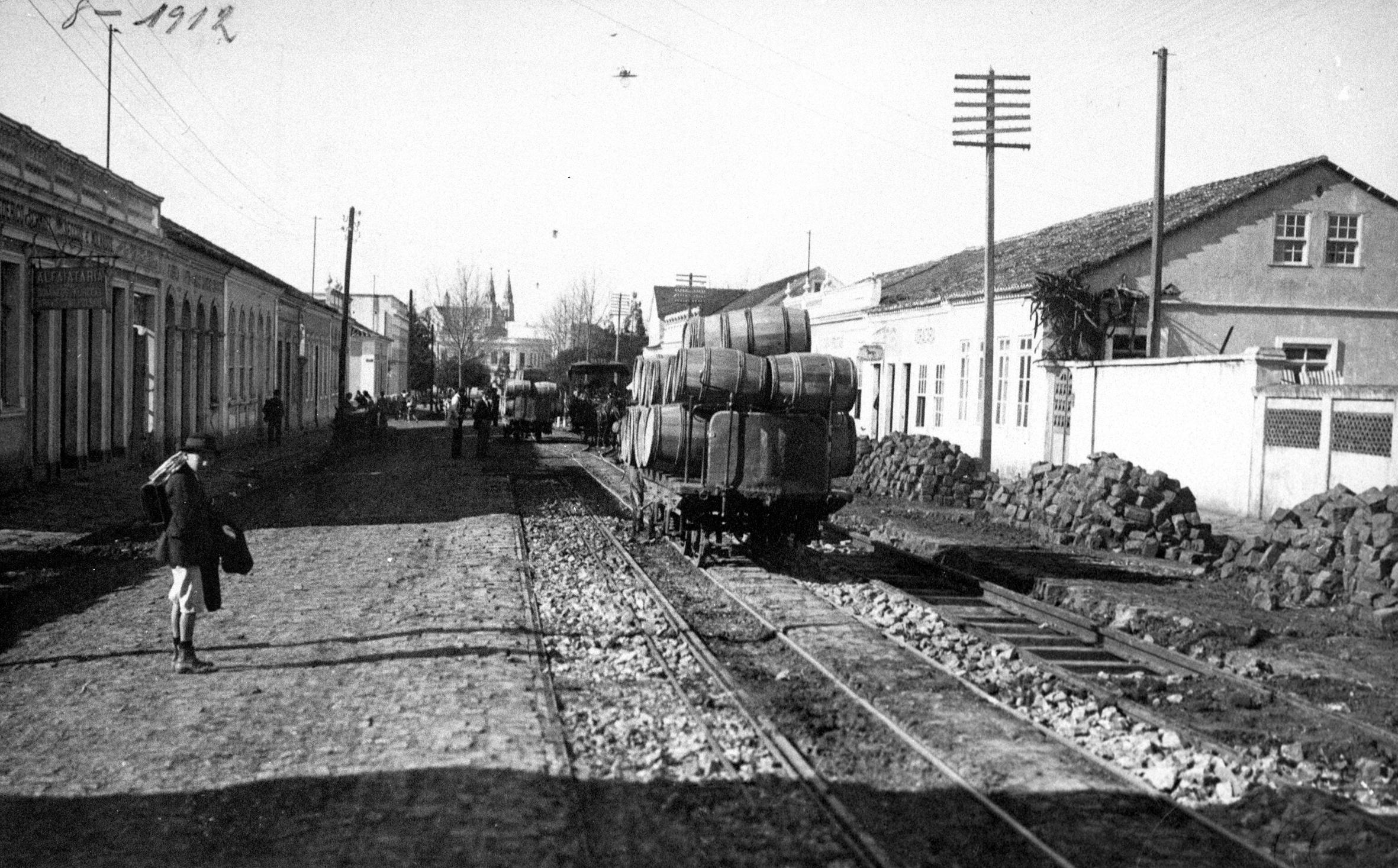 Rua Comendador Araújo, em 1912. Uma carroça transporta barricas nos trilhos do bonde.