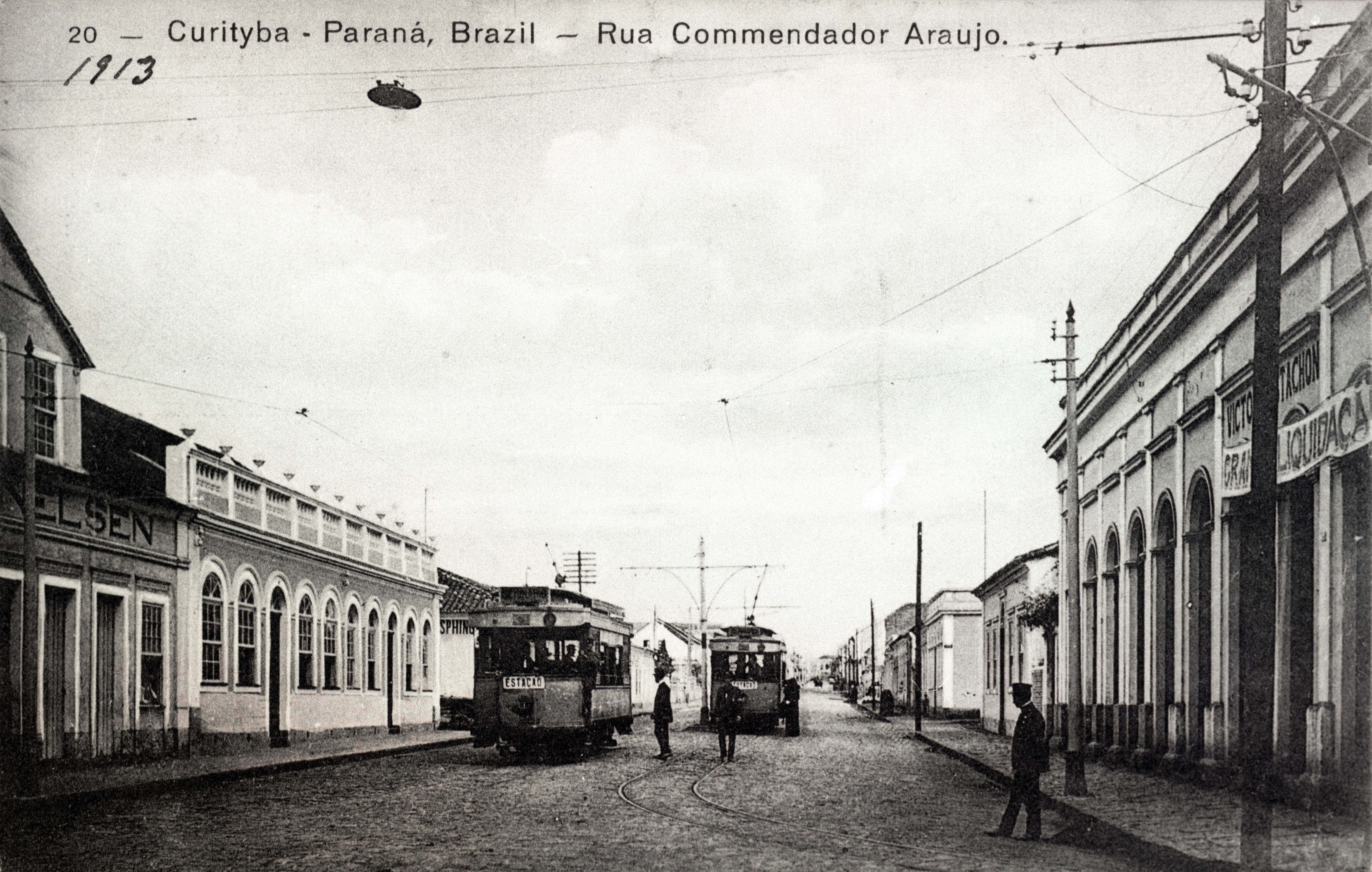 Os bondes elétricos percorrem a Rua Comendador Araújo, em 1913.