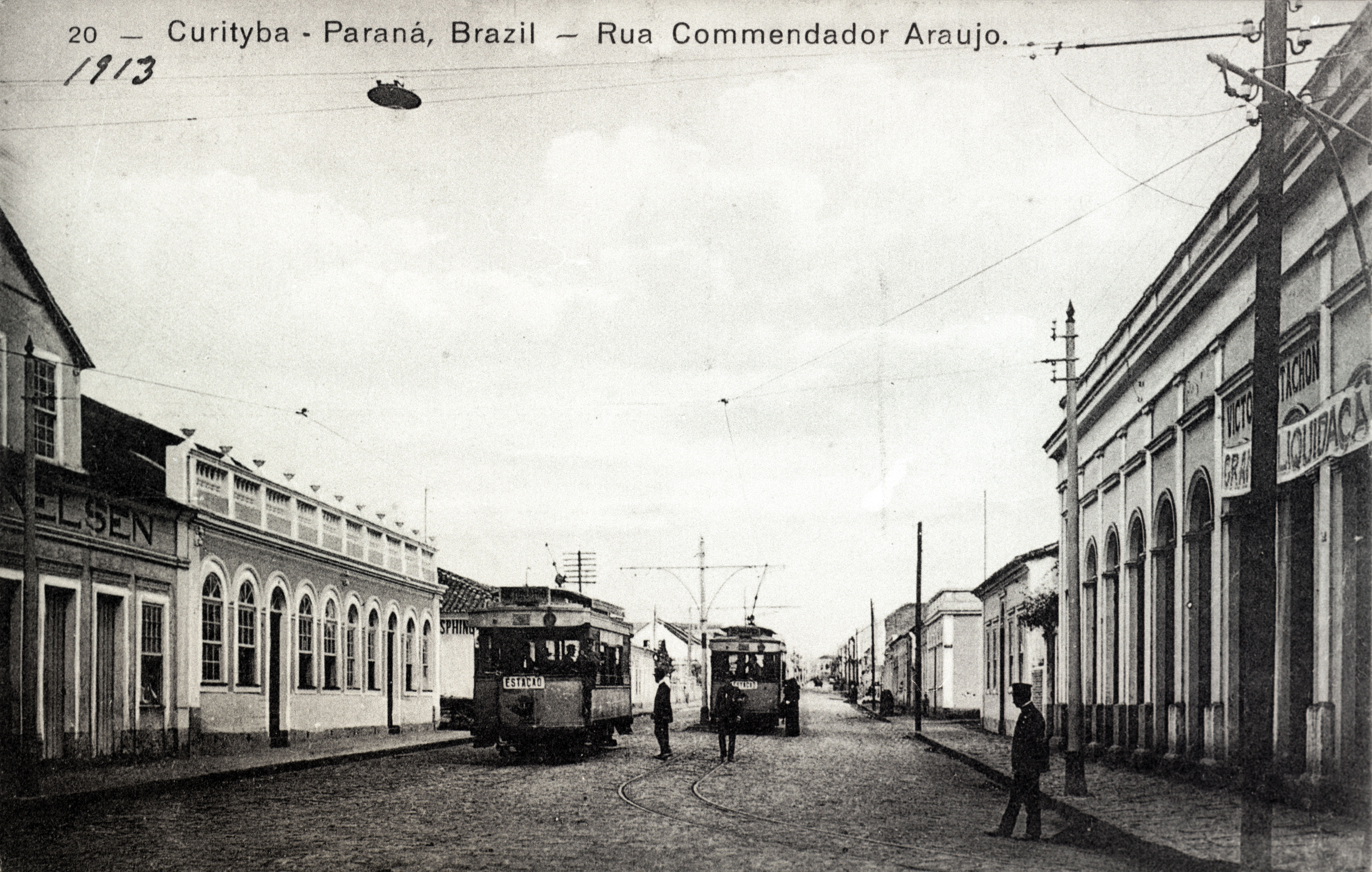 Os bondes elétricos percorrem a Rua Comendador Araújo, em 1913. 283dd89ec8