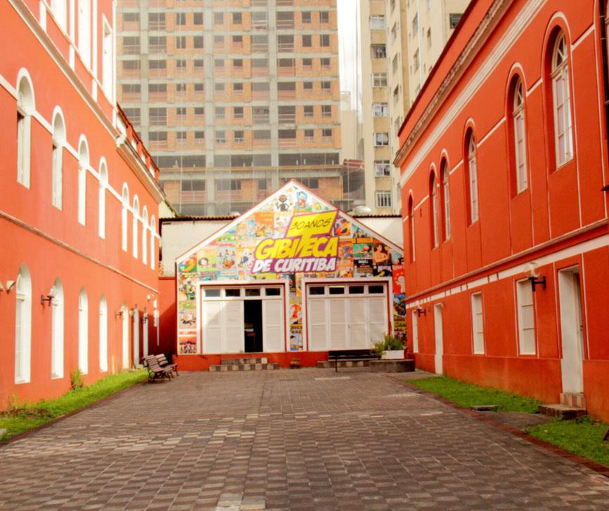 Complexo cultural Solar do Barão, em 2015. Vista de um dos pátios internos.   Ao fundo, a Gibiteca de Curitiba.