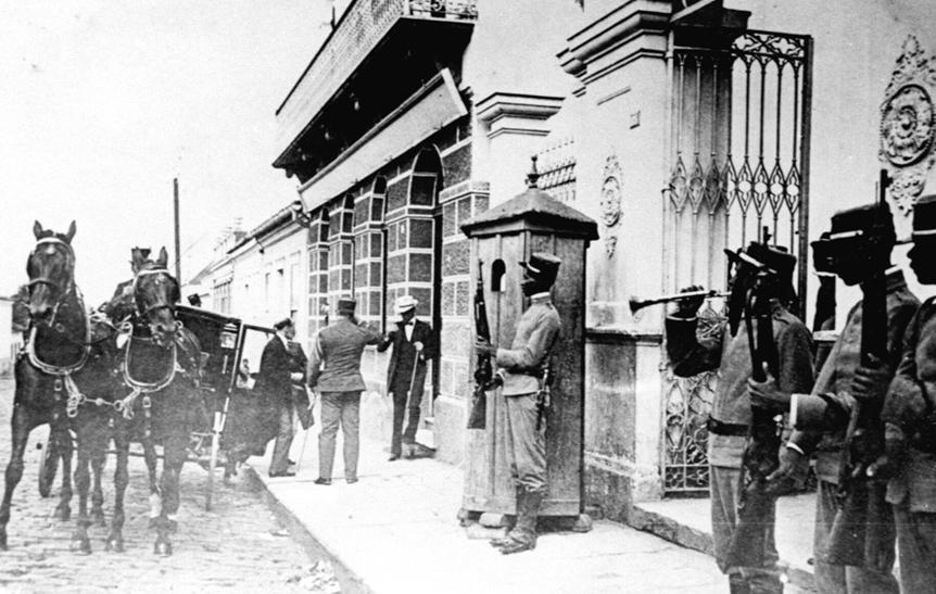 Militares no pátio da antiga Residência do Barão do Serro Azul, em 1914.